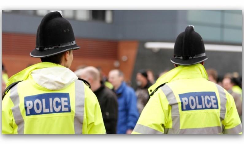 لتصويرهم عراة من السواح على شاطئ تم التحقيق مع أفراد من الشرطة البريطانية و تم تبرئتهم ………